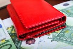Geschlossene Geldbeutelnahaufnahme; Rote Geldbörse Stockbild