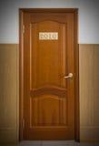 Geschlossene hölzerne Bürotür mit Nr. 2016 Stockfotos