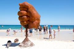 Geschlossene Hand durch das Meer Stockfotos