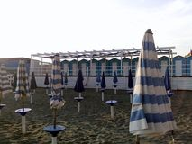 Geschlossene Regenschirme auf einem Strand stockfotografie