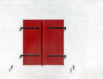 Geschlossene rote Fensterläden Lizenzfreies Stockbild