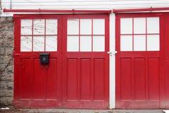 Geschlossene rote Türen mit Kriechenreben Stockfoto