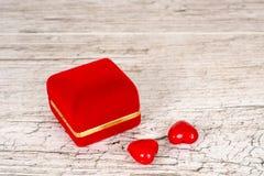 Geschlossene Schmuckgeschenkbox- und -paarherzen Lizenzfreies Stockbild