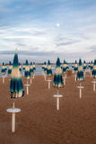 Geschlossene Sonnenschirme auf dem Strand Lizenzfreie Stockbilder
