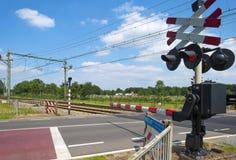 Geschlossene Sperren einer Schienenüberfahrt stockfotos