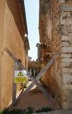 Geschlossene Straße mit Warnschild Stockfotos