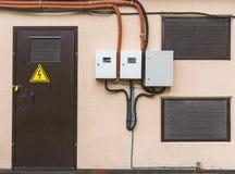 Geschlossene Tür der Umspannstation mit Hochspannungszeichen lizenzfreie stockfotografie