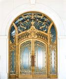 Geschlossene Tür des Gebäudes mit Goldaufwändigem Muster. Stockbild