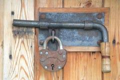 Geschlossene Tür mit einem Mist und einem Vorhängeschloß Lizenzfreies Stockfoto