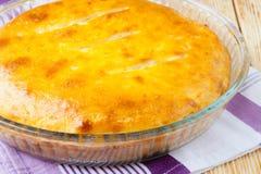 Geschlossene Torte mit goldener Kruste Stockbild