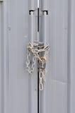Geschlossene und verschlossene Tür mit Kette Stockfotografie