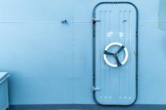 Geschlossene wasserdichte Tür in einem Schiff Stockbild