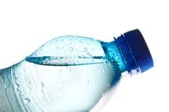 Geschlossene Wasserflasche gefüllt mit Wasser lizenzfreie stockfotos
