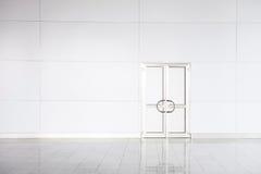 Geschlossene weiße Tür im leeren Büro Stockfotos
