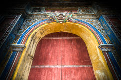 Geschlossene Zitadellentore zur Farbstadt in Vietnam, Asien. Lizenzfreies Stockbild