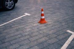 Geschlossener AutoParkplatz und Verkehrskegel auf Straße Stockfoto