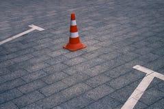 Geschlossener AutoParkplatz und Verkehrskegel auf Straße Stockfotos