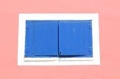 Geschlossener blauer Fensterladen Stockfoto
