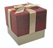 Geschlossener Geschenkkasten mit einem Goldfarbband Stockbild