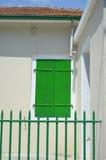 Geschlossener grüner Fensterladen Stockbilder