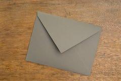 Geschlossener grüner Umschlag auf einer hölzernen Oberfläche stockfoto
