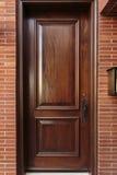 Geschlossener hölzerner Front Door eines Luxushauses Stockfotos