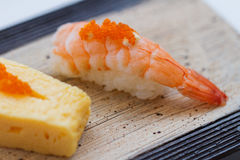 Geschlossener-Oben Garnelen-Sushi-Belag mit Ebiko Lizenzfreie Stockbilder
