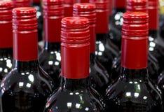 Geschlossener Rotwein füllt Stellung Speicherauf lager ab Lizenzfreies Stockfoto