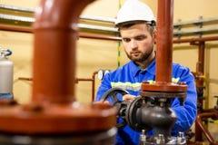 Geschlossener Schieber des Mechanikertechnikers auf Rohrleitung lizenzfreies stockfoto