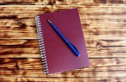 Geschlossenes Aufschriftnotizbuch ist auf dem Tisch lizenzfreies stockbild