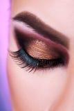 Geschlossenes Auge der Frau mit Fachmann bilden im Studio Stockfoto