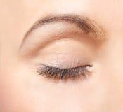 Geschlossenes Auge einer jungen Frau Stockfotografie