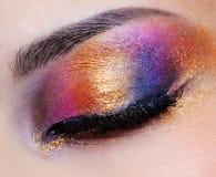 Geschlossenes Auge mit mehrfarbiger Augenschminke Stockfoto