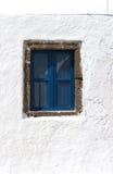 Geschlossenes blaues Fenster in einem griechischen Haus Stockbilder