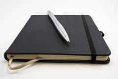 Geschlossenes Buch für Skizzen und mechanischen Bleistift Lizenzfreie Stockfotografie