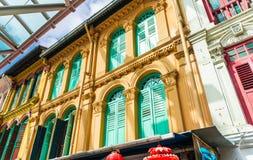 Geschlossenes buntes Fenster schließt in Chinatown-Bezirk von Singapo Fensterläden stockbilder