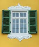 Geschlossenes Fenster - geöffneter Blendenverschluß Stockfotos