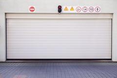 Geschlossenes Garagegatter Stockbild
