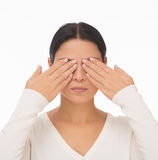 Geschlossenes Gesicht der blinden Frau mit den Händen Lizenzfreie Stockfotografie