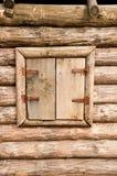 Geschlossenes hölzernes Fenster Stockfoto
