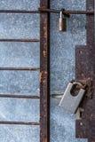 Geschlossenes MetalltürverschlussSicherheitsschutzvorhängeschloß Stockfotos