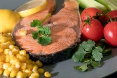 Geschlossenes-oben gegrilltes Fischlachsfilet mit Frischgemüse-, Lebensmittel- und Gemüsekonzept Lizenzfreie Stockbilder