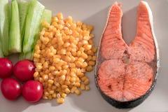 Geschlossenes-oben gegrilltes Fischlachsfilet mit Frischgemüse-, Lebensmittel- und Gemüsekonzept Lizenzfreies Stockbild