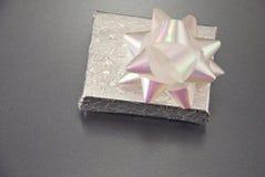 Geschlossenes Silber-Geschenk Lizenzfreies Stockfoto