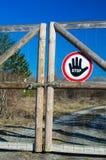 Geschlossenes Tor mit dem Stoppschild im Freien Stockfotografie