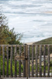 Geschlossenes Tor von rauen Klotz und hinter dem Meer Stockfotografie