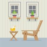 Geschlossenes Windows mit Holzstuhl und einem Glas Orangensaft Stockfoto