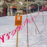 Geschlossenes Zeichen und Barrikade des klaren Quadrats in Park City Utah an einem sonnigen Wintertag lizenzfreie stockfotos