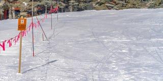 Geschlossenes Zeichen und Barrikade in Park City Utah an einem sonnigen Wintertag stockbild