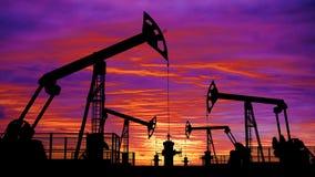 Geschlungene Öl pumpjacks gegen rosa Sonnenunterganghimmel stock video footage